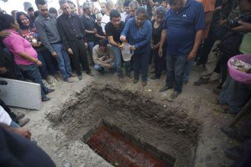 Juanita Ocampo junto a la tumba de su hija, asesinada el 2 de enero en Temixco.