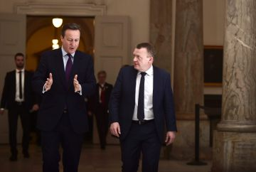 El primer ministro danés, Lars Lokke Rasmussen, junto a su homólogo británico David Cameron.