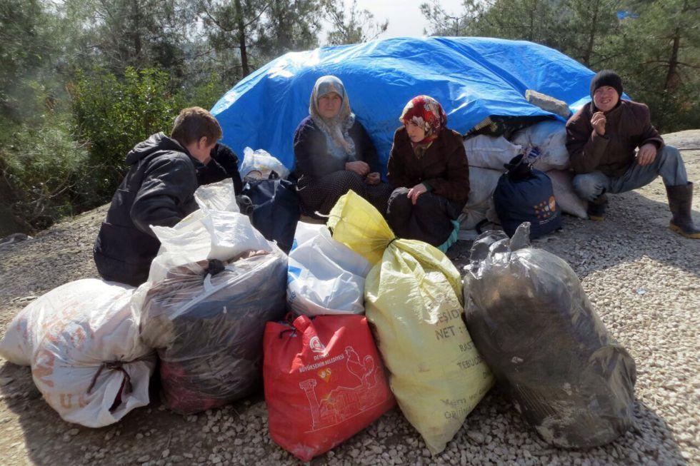 Una familia siria espera este viernes en Bab al Salam para cruzar a Turquía.