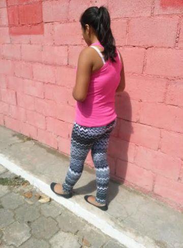 Isabel, este jueves, frente a su casa en un barrio marginal de Antigua Guatemala.