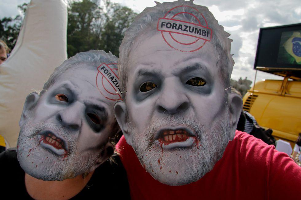 Opositores de Rousseff con máscaras del expresidente Lula.