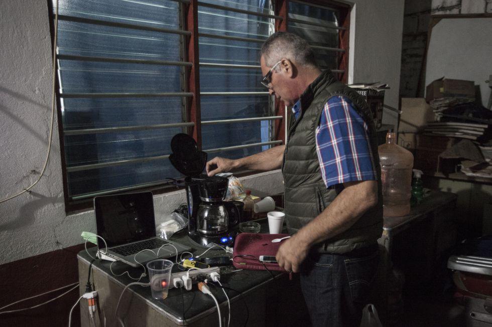 Bernardo Benítez, padre de Bernardo, desaparecido, se sirve café.