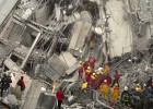 Equipos de rescate buscan supervivientes del terremoto en Tainan.