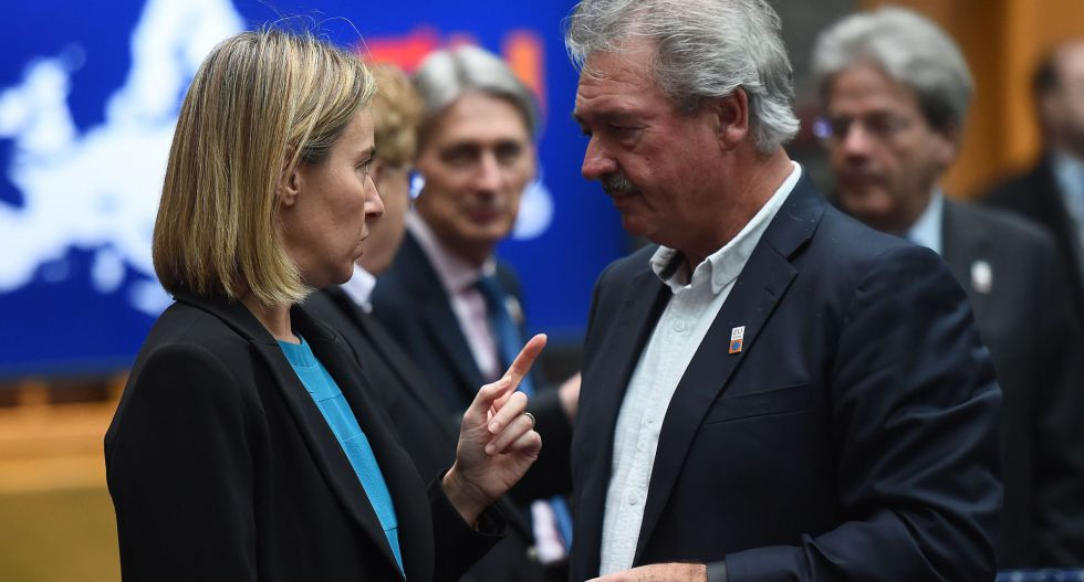 Federica Mogherini conversa con el ministro luxemburgués de Exteriores, Jean Asselborn.
