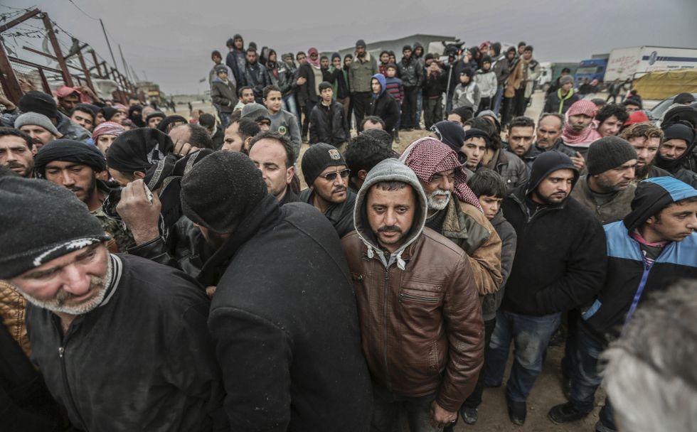 Sirios esperan en el paso de Bab al-Salam para entrar en Turquía.