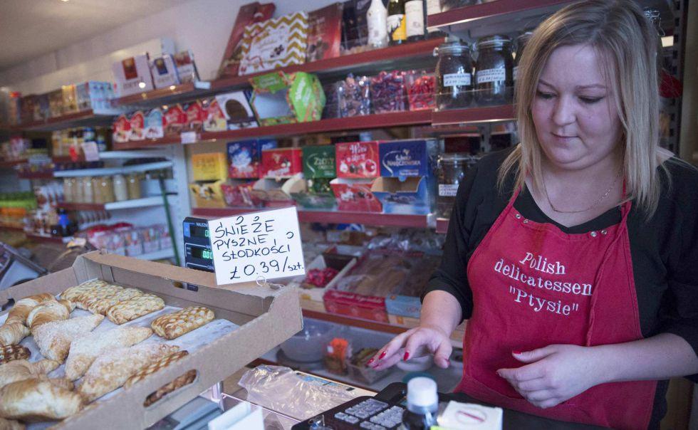 Una mujer despacha en un tienda de comida polaca en Grays.