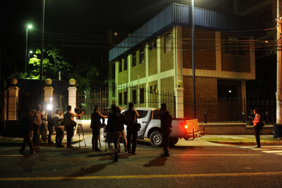 Inmediaciones de la comisaría de San Salvador, ayer noche