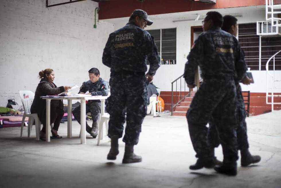 Sara Cruz Contreras, madre del desaparecido José Rodolfo López Cruz, se entrevista con miembros de la Gendarmería Nacional en las oficinas del ministerio público de Tierra Blanca, Veracruz. 5 de febrero, 2016