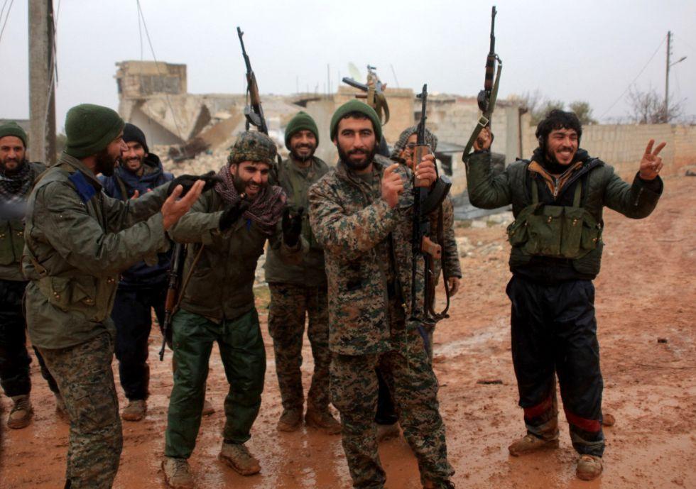 Soldados del Ejército sirio celebran una victoria cerca de Alepo el día 6.
