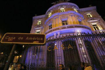 La Casa América de Madrid rinde homenaje a Rubén Darío, con la fachada azul y un verso del poeta