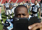 Stephen Hill, de los Carolina Panthers, se toma una selfie en el estadio.