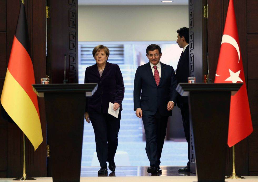 Merkel y Davutoglu en Ankara este lunes. La canciller está de visita en Turquía para tratar de impulsar el papel del país euroasiático en los planes para contener la llegada de inmigrantes a la UE.