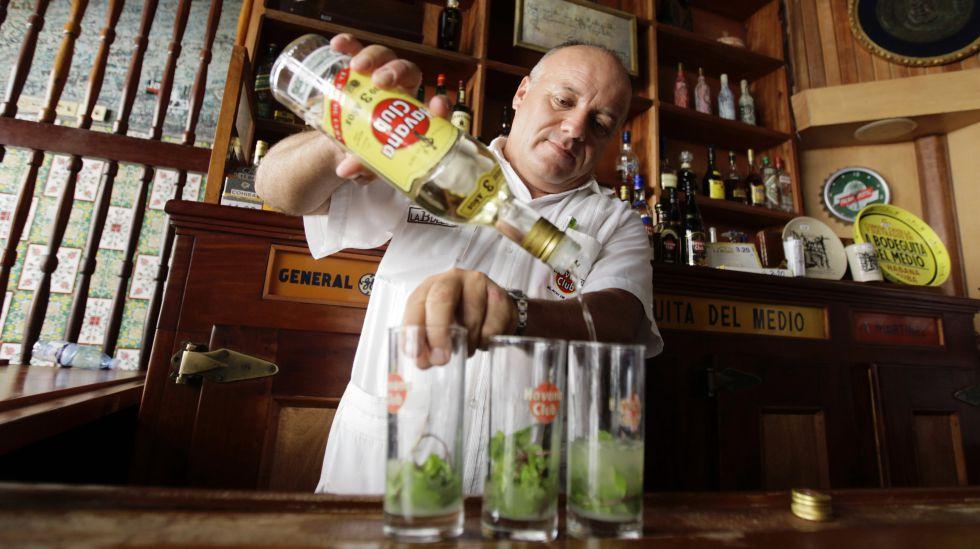 Un barman de La Bodeguilla del Medio, en la capital cubana, prepara mojitos con ron Havana Club.