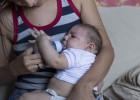 Una madre con su bebé, que nació con microcefalia.