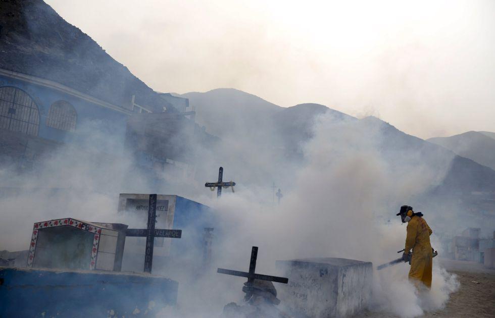 Un trabajador fumiga un cementerio en Carabayllo, a las afueras de Lima, para tratar de erradicar al mosquito transmisor del zika, el 1 de febrero.