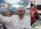 Diversos artículos del Papa se venden cerca de la Basílica de Guadalupe.