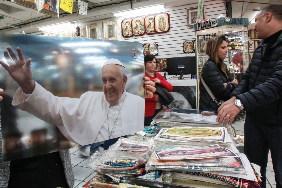 Diversos artículos del Papa se venden cerca de la Basílica de Guadalupe