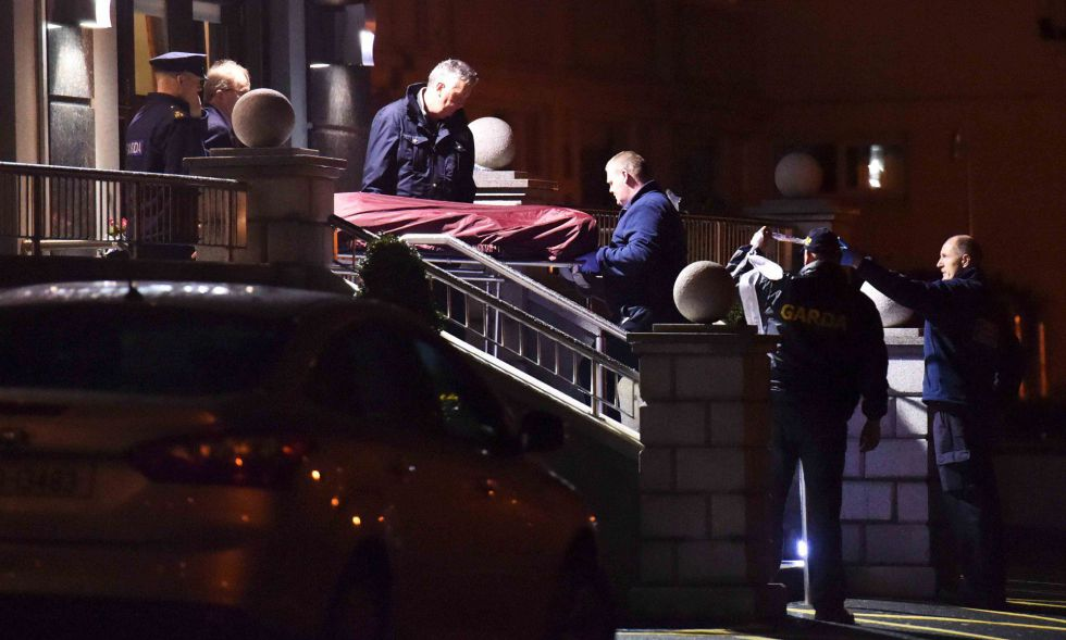La policía retira el cadáver de Byrne del hotel Regency, en Dublín.