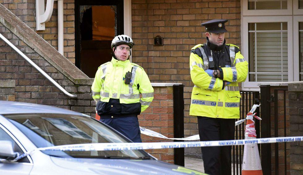 Policías ante la vivienda donde se produjo el segundo asesinato, el lunes.