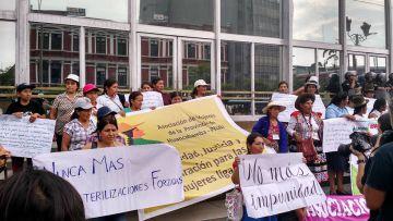 Víctimas de esterilizaciones forzadas protestan en el Ministerio Público.
