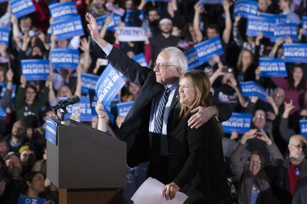 El demócrata Bernie Sanders saluda junto a su esposa a sus partidarios tras las primarias en Concord (New Hampshire).