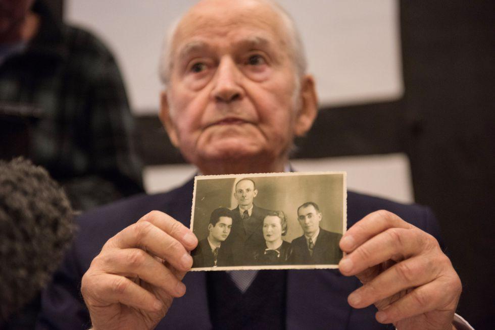 Leon Schwarzbaum, superviviente de Auschwitz muestra una fotografía de su familia, que murió en el campo nazi, este jueves en una rueda de prensa en Detmold.