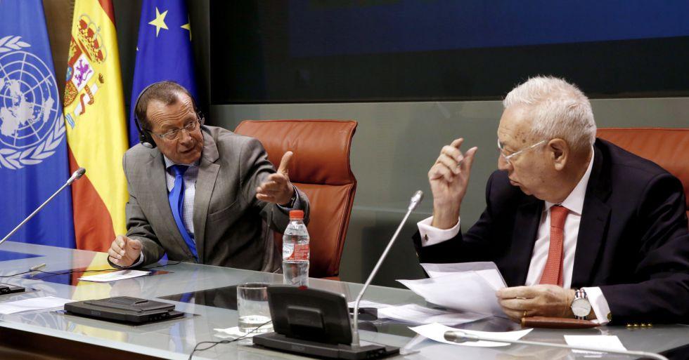El ministro de Exteriores, José Manuel García-Margallo, a la derecha, y el enviado de la ONU para Libia, Martin Kobler, este jueves en Madrid.