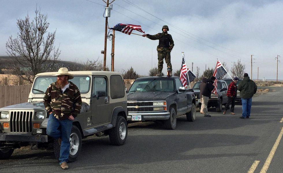 Partidarios de los rancheros, cerca del lugar del asedio, el jueves.