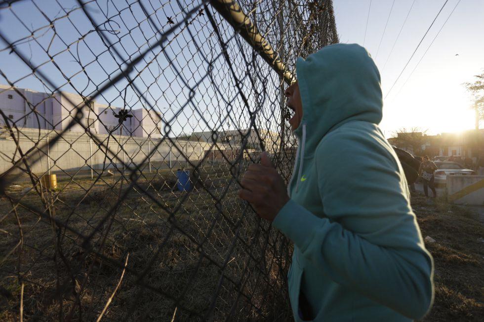Un familiar de un recluso grita desde el exterior de la prisión.