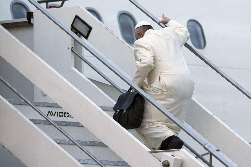El Papa sube al avión que le lleva a Cuba y a México este viernes.