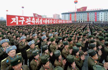 Soldados norcoreanos celebran el lanzamiento de un cohete.