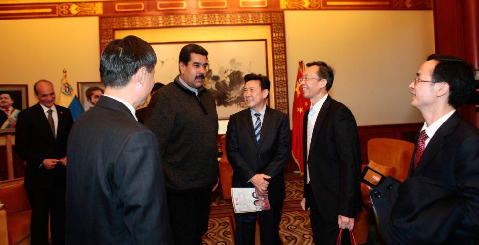 El presidente Maduro y un grupo de empresarios chinos, el año pasado en Pekín.