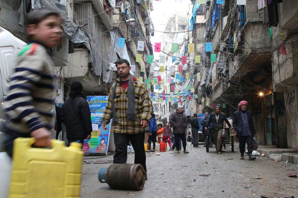 Vecinos de Alepo se aprovisionan el pasado jueves de víveres.