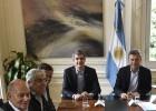 Mauricio Macri (centro) reunido con líderes sindicales en Buenos Aires.