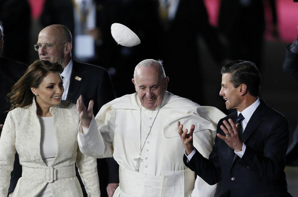 El papa Francisco conversa con el presidente mexicano, Enrique Peña Nieto, y la primera dama, Angélica Rivera.