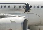 Agujero en el fuselaje del avión dejado por la bomba.