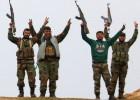Soldados del régimen celebran su victoria sobre Kifin, al norte de Alepo.