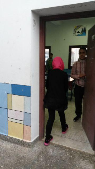 Ikram Bechtaoui, de 15 años, entra en un aula del centro de apoyo escolar en Beni Makada.