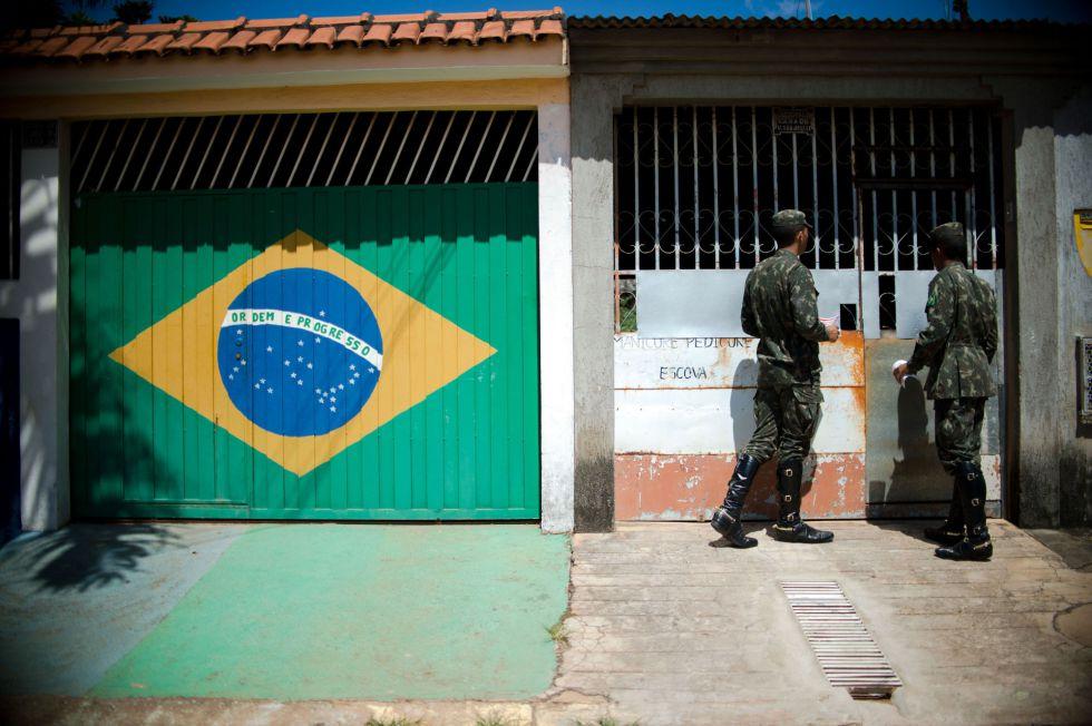 Militares brasileños distribuyen folletos en Brazlandia (Brasilia).