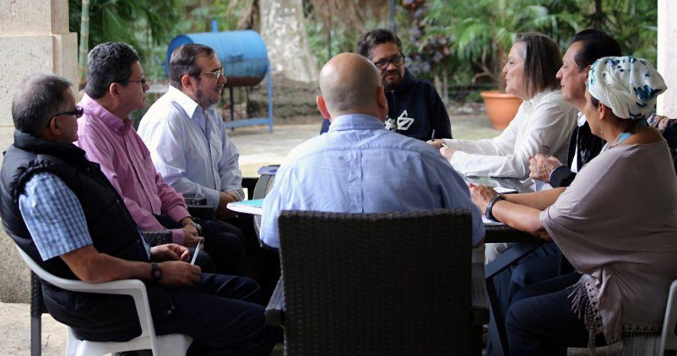 La excandidata presidencial Clara López conversa con la dirección de las FARC en La Habana; frente a ella, el líder de la guerrilla,Timochenko.
