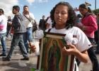 """ACOMPAÑA CRÓNICA:MÉXICO PAPA MEX30. CIUDAD DE MÉXICO (MÉXICO), 11022016.- Fotografía de archivo del 12 de diciembre de 2014 del arribo de miles de peregrinos a la Basílica de Guadalupe en Ciudad de México. El país registra desde hace décadas un descenso progresivo de católicos, realidad que comprobará el papa Francisco en la visita que comienza mañana a este país, que a pesar del elevado número de fieles ha """"dejado de ser monocreyente"""" para entrar en un """"mercado religioso"""". En la década de los 70, en la que se produjo la primera visita de las cinco que realizó el papa Juan Pablo II, el porcentaje de católicos del país se situaba en un 96,2 %. Sin embargo, esa cifra ha descendido hasta llegar al 82,7 % de la población, de acuerdo con los datos del Instituto Nacional de Estadística y Geografía (Inegi). EFESáshenka Gutiérrez"""