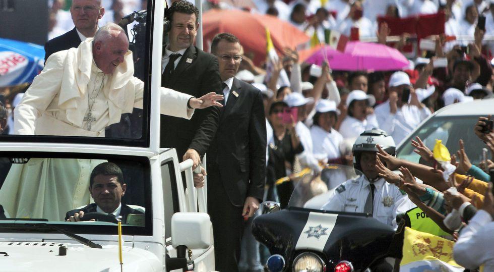 El Papa saluda a la multitud en Ecatepec.