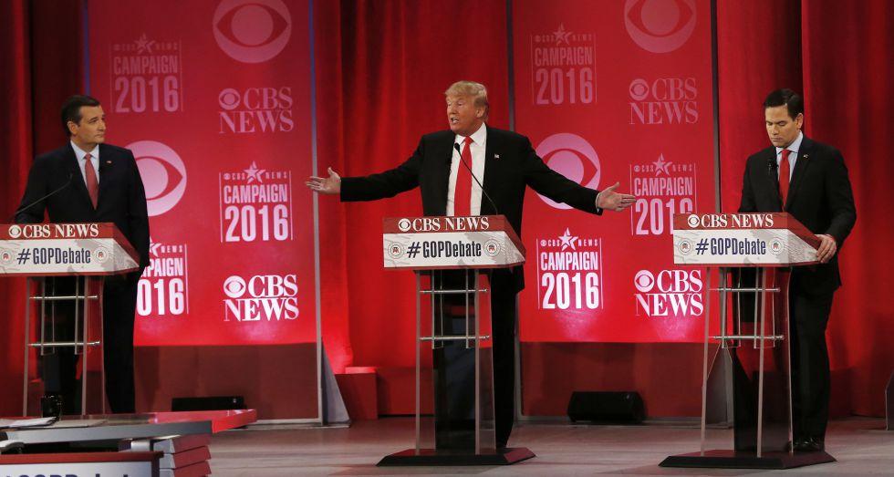 El candidato Donald Trump en el centro del escenario.