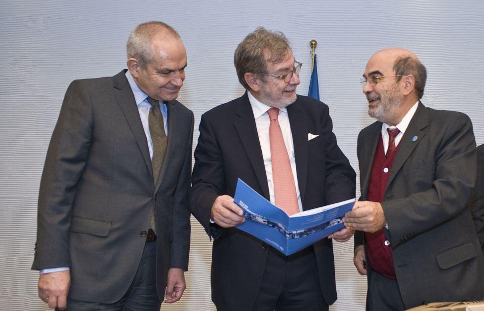 Antonio Caño, Juan Luis Cebrián y José Graziano da Silva, este lunes en Roma.