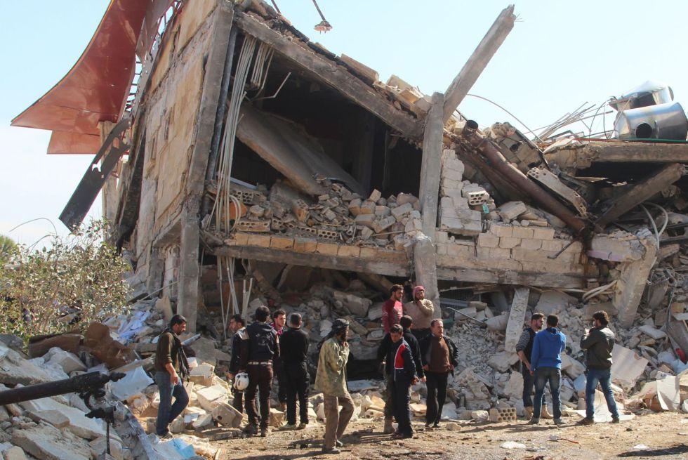 Un grupo de personas observa el estado en el que quedó el hospital de Médicos Sin Froteras bombardeado este lunes en Siria.