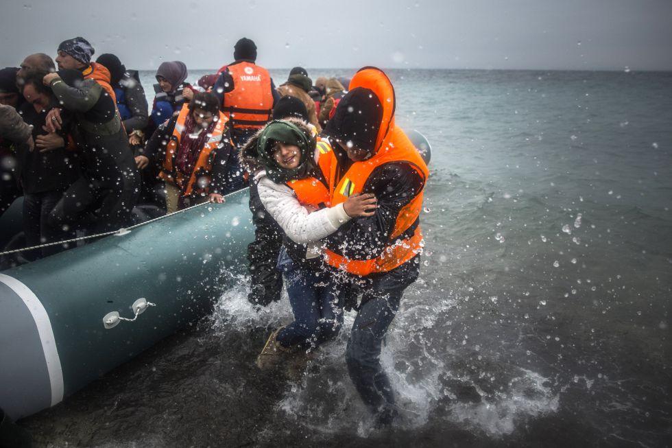 Un grupo de inmigrantes desembarca el pasado enero en las costas griegas.