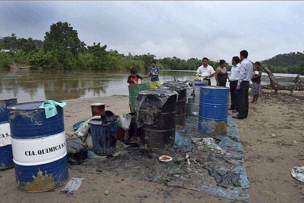 Habitantes de la quebrada Inayo recogen petróleo en el río Chiriaco