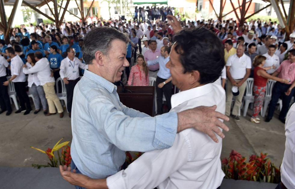 Santos se abraza con el hermano de Alfonso Cano, líder de las FARC muerto en un ataque militar en 2011