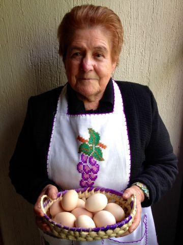 Socorro Arizmendi posa con el mandil con el que cocinará este lunes para el papa Francisco.