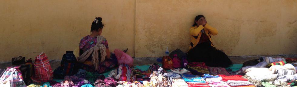 Dos mujeres indígenas vendiendo afuera de la catedral de San Cristóbal.